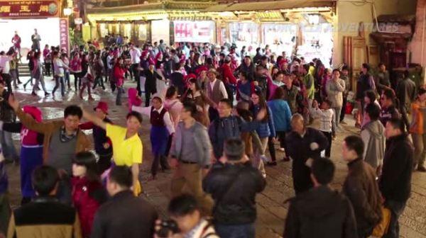 Ethnic dancing in Shangri-La Old-Town Square.
